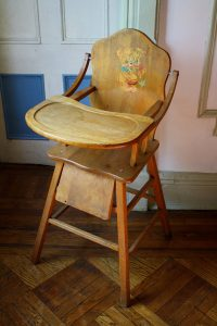 wooden high chair with tray il xn
